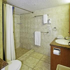 Flamingo Beach Resort — Bathroom