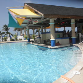 Swim-up pool bar