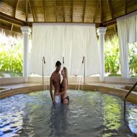 Dream Suites by Lifestyle at Be Live Grand Punta Cana — Spa hot tub