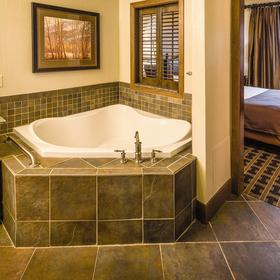 Wyndham Vacation Resorts at Glacier Canyon — Bathroom