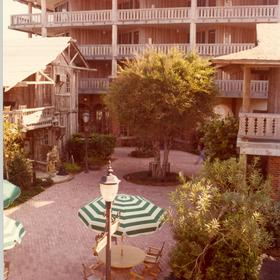 Driftwood Inn Resort - Courtyard